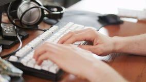 Homem novo que datilografa lentamente no teclado filme
