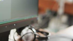 Homem novo que datilografa um código do programa no teclado video estoque