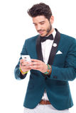 Homem novo que envia mensagens Foto de Stock