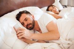 Homem novo que envia textos a seu amante fotos de stock royalty free