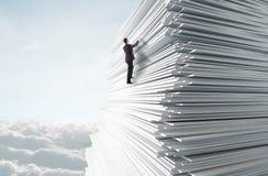 Homem novo que escala acima Fotografia de Stock