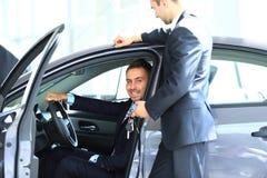 Homem novo que escolhe o carro Imagens de Stock