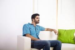 Homem novo que escuta a música Foto de Stock Royalty Free