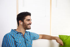 Homem novo que escuta a música Foto de Stock