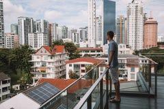 Homem novo que está no balcão no hotel de Wangz imagem de stock