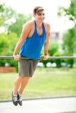 Homem novo que exercita no gym exterior Foto de Stock Royalty Free
