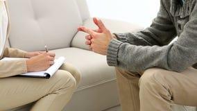 Homem novo que fala com seu terapeuta filme