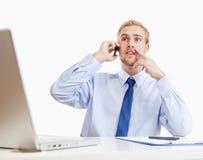 Homem novo que fala no telefone Fotos de Stock Royalty Free