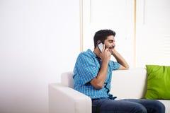 Homem novo que fala no telefone móvel Imagem de Stock