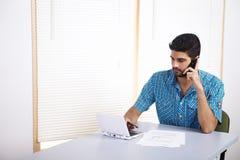 Homem novo que fala no telefone móvel Fotos de Stock
