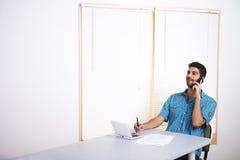 Homem novo que fala no telefone móvel Imagens de Stock