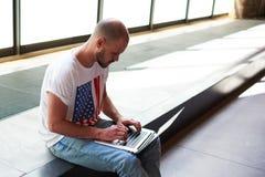 Homem novo que faz o dinheiro em linha, comércio eletrónico Imagens de Stock Royalty Free