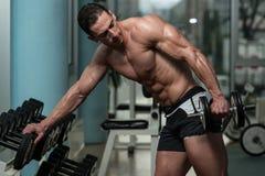 Homem novo que faz o exercício para o tríceps Imagens de Stock Royalty Free