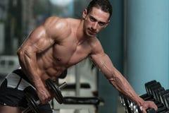Homem novo que faz o exercício para o tríceps Foto de Stock