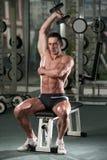 Homem novo que faz o exercício para o tríceps Imagens de Stock