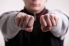 Homem novo que faz o gesto de mão Fotografia de Stock Royalty Free