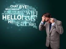 Homem novo que faz o telefonema com nuvem da palavra Imagem de Stock