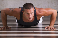 Homem novo que faz pushups Foto de Stock Royalty Free