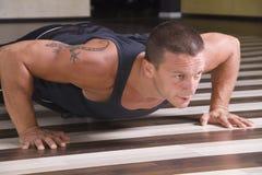 Homem novo que faz pushups Imagens de Stock