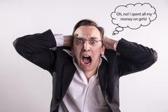 Homem novo que gastou todo seu dinheiro nas meninas que gritam com raiva e frustração Imagem de Stock Royalty Free
