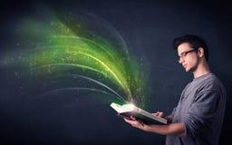 Homem novo que guarda o livro com onda Fotos de Stock
