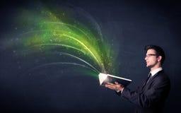 Homem novo que guarda o livro com onda Imagem de Stock