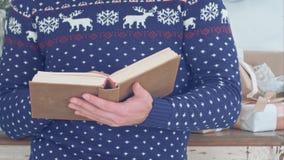 Homem novo que guarda o livro velho em suas mãos imagens de stock royalty free