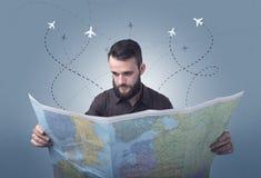 Homem novo que guarda o mapa Foto de Stock Royalty Free
