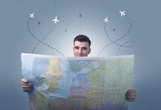 Homem novo que guarda o mapa Fotografia de Stock