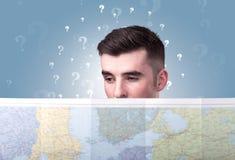 Homem novo que guarda o mapa Imagem de Stock