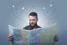 Homem novo que guarda o mapa Imagens de Stock