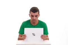 Homem novo que guarda o quadro branco com símbolo da porcentagem Fotos de Stock
