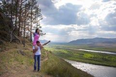 Homem novo que guardara a menina em um pescoço Fotos de Stock Royalty Free