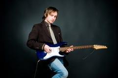 Homem novo que joga a electro guitarra fotos de stock