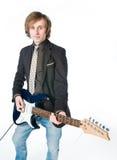 Homem novo que joga a electro guitarra imagens de stock royalty free