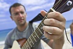 Homem novo que joga a guitarra foto de stock royalty free