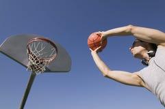Homem novo que joga o basquetebol Imagens de Stock Royalty Free