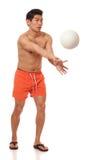 Homem novo que joga o voleibol Imagens de Stock