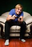 Homem novo que joga os jogos video Imagem de Stock