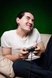 Homem novo que joga os jogos video Fotos de Stock Royalty Free