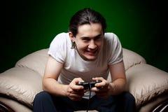 Homem novo que joga os jogos video Fotografia de Stock Royalty Free