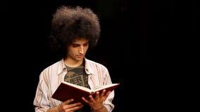 homem novo que lê um livro filme