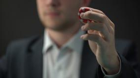 Homem novo que lanç a microplaqueta vermelha do casino à disposição, possibilidade, oportunidade da riqueza, jogo vídeos de arquivo