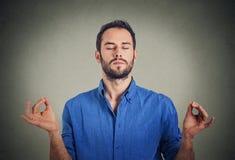 Homem novo que meditating fotografia de stock royalty free