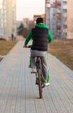 Homem novo que monta uma bicicleta Foto de Stock