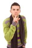 Homem novo que mostra o gesto do silêncio com seu dedo Fotos de Stock Royalty Free