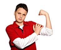 Homem novo que mostra os músculos Fotografia de Stock Royalty Free