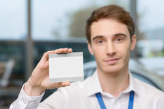 Homem novo que mostra seu bilhete de condução brandnew Fotos de Stock Royalty Free