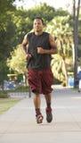 Homem novo que movimenta-se na rua Fotografia de Stock Royalty Free