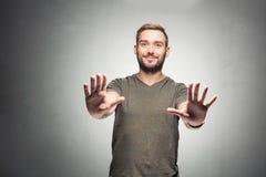 Homem novo que não mostra a ` nenhum gesto do ` Imagens de Stock